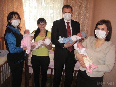 Conducerea Institutului de Economie, Finanţe şi Statistică în vizită la familia Dubiţa în care s-au născut patru gemeni